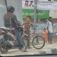 Tak suka motor naik trotoar, bocah ini menghadangnya. Aksi keren itu langsung bikin banyak netizen nganga.