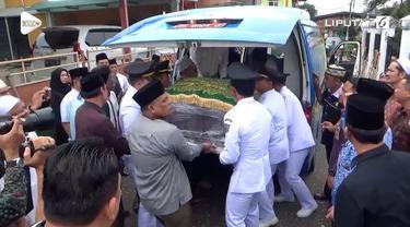 Jenazah mantan gubernur Jambi Zulkifli Nurdin tiba di rumah duka di Kota Jambi. Rencananya jenazah akan dimakamkan di pemakaman keluarga.