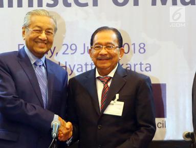 Perdana Menteri (PM) Malaysia, Mahathir Mohamad (kiri) dan Ketua Indonesia-Malaysia Business Council (IMBC) Tanri Abeng (kanan) berjabat tangan saat melakukan pertemuan di Hotel Grand Hyatt Jakarta, Jumat (29/06). (Liputan6.com/HO/Ismail)