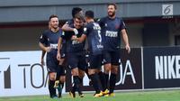 Pemain PSM Makassar merayakan gol yang dicetak Willem Jan Pluim saat laga melawan Persija dilanjutan Liga 1 Indonesia di Stadion Patriot Candrabhaga, Bekasi, Selasa (15/8). Laga berakhir imbang 2-2. (Liputan6.com/Helmi Fithriansyah)