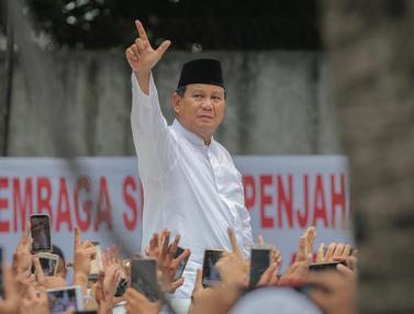 Prabowo Disambut Pendukung Usai Salat Jumat