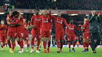 Pelatih Liverpool, Jurgen Klopp (kanan) bertepuk tangan merayakan kemenangan bersama pemainnya usai pertandingan melawan Everton pada lanjutan Liga Inggris di Anfield Stadium (2/11). Liverpool menang tipis atas Everton 1-0. (AP Photo/Jon Super)