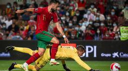 Bermain di Estadio Algarve, Timnas Portugal langsung tampil trengginas sejak bola digulirkan. Sementara itu, Luksemburg lebih banyak bertahan. (AFP/Carlos Costa)