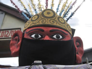 Ondel-ondel mengenakan masker terlihat di permukiman RT 12 RW 14, Cipinang Besar Utara, Jakarta, Kamis (16/4/2020). Warga setempat secara swadaya membuat ondel-ondel mengenakan masker sebagai upaya mengajak masyarakat untuk melindungi diri dari penyebaran Covid-19. (merdeka.com/Iqbal S. Nugroho)
