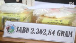 Barang bukti sabu diperlihatkan saat rilis kasus narkotika di Polda Metro Jaya, Jakarta, Rabu (16/1). Barang bukti berupa 2.362 gram sabu, enam buah HP, sebuah cincin, serta dua buah mobil diamankan polisi. (Liputan6.com/Immanuel Antonius)