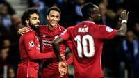 Winger Liverpool, Mohamed Salah berselebrasi dengan rekannya setelah mencetak gol ke gawang FC Porto pada leg kedua perempat final Liga Champions 2018/2019 di Estadio do Dragao, Rabu (17/4). Liverpool memastikan lolos ke babak semifinal setelah membantai Porto 4-1. (PATRICIA DE MELO MOREIRA / AFP)