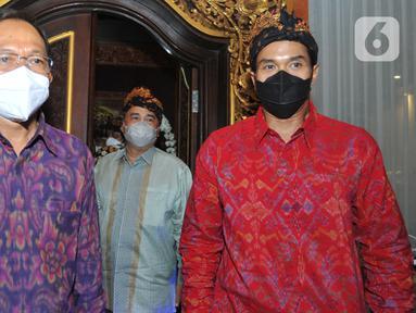 Gubernur Bali Wayan Koster (kiri) dan Wakil Ketua Umum Bidang Organisasi, Keanggotaan dan Pemberdayaan Daerah Kadin, Anindya Bakrie (kanan) dan pengurun saat tiba di Rumah Jabatan Gubernur Bali di Denpasar, Jumat (12/3/2021). (Liputan6.com/HO/Alwi)
