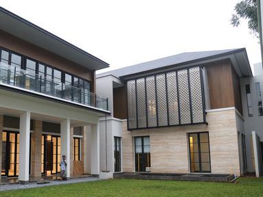 Halaman depan rumah SBY yang terletak di Jalan Mega Kuningan Timur VII, Jakarta Selatan, (29/10). Pemerintah telah memberikan rumah mewah kepada Presiden keenam RI Susilo Bambang Yudhoyono atas nama negara pada Rabu, (26/10) lalu. (Liputan6.com/HO)