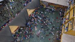Narapidana berkumpul di sekitar jenazah narapidana lain selama kerusuhan di Penjara Castro Castro, Lima, Peru, Senin (27/4/2020). Narapidana mengeluh pihak berwenang tidak berbuat cukup untuk mencegah penyebaran virus corona COVID-19 di dalam penjara. (AP Photo/Rodrigo Abd)
