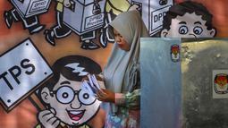 Seorang wanita memeriksa surat suara selama latihan pra-pemilihan di Banda Aceh, provinsi Aceh (6/4). Indonesia akan menyelenggarakan Pemilu serentak pada 17 April 2019. (AFP Photo/Chaideer Mahyudin)