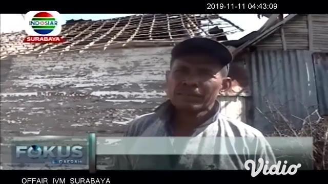 Puting beliung menerjang sejumlah kecamatan di Kabupaten Bojonegoro, Jawa Timur (Jatim), pada Sabtu (9/11) malam. Akibatnya, sejumlah rumah warga roboh dan puluhan pohon tumbang.