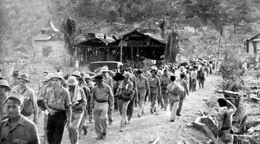 Bataan Death March, sebuah perjalanan maut tentara Sekutu dan Flipina yang dipaksa oleh militer Jepang pada Perang Dunia II (Wikipedia)