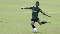 Pemain Timnas Indonesia U-22, Beni Oktaviansyah, bersiap menendang bola saat latihan di Stadion Madya Senayan, Jakarta, Kamis (24/1). Latihan ini merupakan persiapan jelang Piala AFF U-22. (Bola.com/Yoppy Renato)