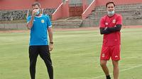 Pelatih kepala Bhayangkara Solo FC, Paul Munster (kanan) bersama direktur teknik Simon McMenemy dalam latihan di Stadion UNS, Kamis (25/2/2021). (Bola.com/Vincentius Atmaja)