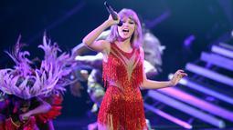 Aksi Penyanyi Taylor Swift di atas panggung saat membawakan lagu di MTV Video Music Awards 2015 di Microsoft Theater, Los Angeles, California, USA (30/8/2015). (AFP/Kevork Djansezian)