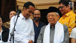 Capres dan Cawapres 01 Joko Widodo-Ma'ruf Amin saat memberi keterangan di Jakarta, Kamis (18/4). Dalam keterangannya Jokowi memaparkan hasil quick count 12 lembaga survei yang 100% sudah selesai, Jokowi-Amin memperoleh 54,55 % suara dan Prabowo-Sandi 45,5%. (Liputan6.com/Angga Yuniar)