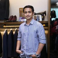 Ajun Perwira fitting baju nikah (Adrian Putra/Fimela.com)