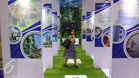Pengunjung melintas saat gerai paterna pupuk Indonesia saat Indonesia Bussiness and Development Expo 2016 di, Jakarta, Kamis (8/9). Pameran tersebut diikuti lebih dari seratus BUMN dan BUMD. (Liputan6./Fery Pradolo)