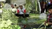 Umumnya, para pedagang kulit ketupat berasal dari luar kota.