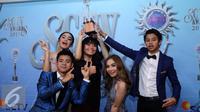 Para bintang sinetron Mermaid in Love usai menerima penghargaan sebagai Sinetron Paling Ngetop di SCTV Awards 2016. (Herman Zakharia/Liputan6.com)