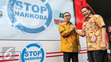 Kepala BNN Budi Waseso berjabat tangan dengan Ketua MPR Zulkifli Hasan di kantor BNN, Cawang, Jakarta, Jumat (4/3/2016). Kunjungan Zulkifli dalam rangka memberi dukungan agar BNN lebih maksimal dalam memberantas narkoba. (Liputan6.com/Yoppy Renato)