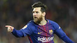 Striker Barcelona, Lionel Messi, merayakan gol yang dicetaknya ke gawang Real Madrid pada laga La Liga Spanyol di Stadion Camp Nou, Barcelona, Minggu (6/5/2018). Kedua klub bermain imbang 2-2. (AFP/Lluis Gene)