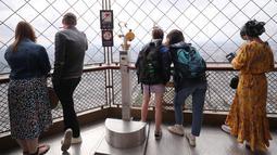 Para pengunjung menikmati pemandangan dari puncak Menara Eiffel di Paris, Prancis (15/7/2020). Puncak Menara Eiffel dibuka kembali untuk umum pada Rabu (15/7) setelah ditutup selama lebih dari tiga bulan karena COVID-19. (Xinhua/Gao Jing)