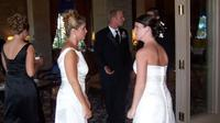 Ibu datang pakai gaun pengantin ke pesta pernikahan anak tirinya. (dok. Twitter @AmyPennza)