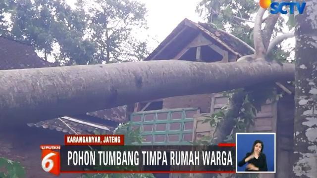 Pagi ini warga bergotong royong dibantu relawan dan Satgas BPBD (Badan Penanggulangan Bencana Daerah) Karanganyar kerja bakti untuk memotong pohon yang menimpa rumah.