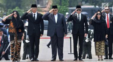 Presiden ke-6 RI Susilo Bambang Yudhoyono atau SBY (tengah) didampingi anak dan menantunya menghadiri pemakaman Presiden ke-3 RI BJ Habibie di TMP Kalibata, Jakarta, Kamis (12/9/2019). Selain SBY, hadir pula sejumlah tokoh Tanah Air. (merdeka.com/Iqbal Nugroho)