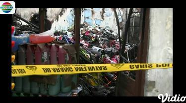 Salah seorang korban kebakaran berusaha menerobos garis polisi guna mengais barang-barang yang masih bisa terselamatkan.