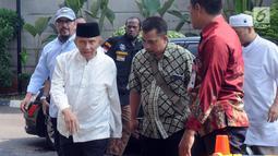Ketua Dewan Kehormatan Partai Amanat Nasional (PAN) Amien Rais (kiri) mendatangi Gedung KPK, Jakarta, Senin (29/10). Maksud kedatangan Amien untuk mempertanyakan sejumlah kasus korupsi yang diduga lamban dalam penanganannya. (Merdeka.com/Dwi Narwoko)