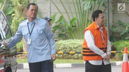 Bupati Cianjur nonaktif Irvan Rivano Muchtar  tiba di Gedung KPK, Jakarta, Senin(11/3). Irvan diperiksa untuk pelengkapan berkas kasus dugaan menerima suap anggaran pendidikan dari para kepala sekolah di kawasan Cianjur. (merdeka.com/Dwi Narwoko)