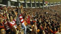 Ribuan The Jakmania saat menyaksikan laga terakhir Persija di Liga 1 di Stadion Patriot, Bekasi, Minggu (12/11/2017). Persija menang 2-1 atas Bhayangkara FC. (Bola.com/ M Iqbal Ichsan)