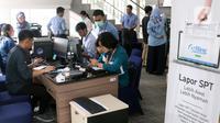 Petugas melayani masyarakat yang ingin melaporkan SPT di Kantor Direktorat Jenderal Pajak di Jakarta, Rabu (11/3/2020). DJP menargetkan pelaporan SPT tahun ini bisa mencapai 15,2 juta atau sekitar 80 persen wajib pajak yang wajib melaporkan pembayaran pajaknya. (Liputan6.com/Angga Yuniar)
