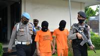 Dua pelaku pembuang limbah alat-alat kesehatan (alkes) bekas penanganan pasien positif Covid-19 di Kabupaten Bogor, Jawa Barat ditangkap Satreskrim Polres Bogor.