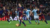 Striker Barcelona, Lionel Messi, memberikan operan kepada Luis Suarez saat mendapatkan penalti menghadapi Celta Vigo di Camp Nou, Barcelona, Senin (15/2/2016) dini hari WIB. (AFP/Josep Lago)