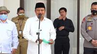 Wakil Gubernur Jawa Barat Uu Ruzhanul Ulum memberikan keterangan kepada pers di Mapolda Jabar, Senin (21/9/2020). (Liputan6.com/Huyogo Simbolon)