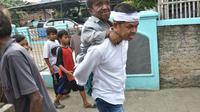 Cawagub Dedi Mulyadi Gendong Dede, Pengemis di Jalanan Bekasi (Liputan6.com/Abramena)