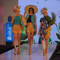 Denny Wirawan menciptakan desain Batik yang modern dengan warna-warna yang vibrant.