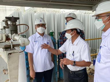(ki-ka) Direktur Utama Pupuk Kaltim Rahmad Pribadi, Direktur Keuangan dan Umum Qomaruzzaman, dan Direktur Operasi dan Produksi Hanggara Patrianta meninjau kesiapan produksi oksigen di kawasan pabrik Pupuk Kaltim, Jumat (09/07/2021). (Liputan6.com/HO/PKT)