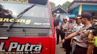 Kapolres Garut AKBP Budi Satrian saat melakukan pengecekan kesiapan libur Natal dan Tahun Baru di Terminal Garut (Liputan6.com/Jayadi Supriadin)
