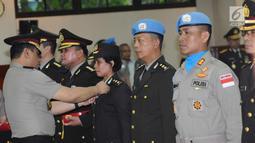 Wakapolri Komjen Pol Syafruddin menyematkan Satya Lencana Bhakti Buana di Jakarta (31/1). Polisi yang mendapat penghargaan itu bertugas di Atase Kepolisian, Staf Teknis Polri, Staf Aseanapol, IPO, dan Kontingen FPU 9. (Liputan6.com/Helmi Fithriansyah)