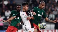 Striker Juventus, Paulo Dybala, berebut bola dengan bek Lokomotiv Moscow, Murilo Cerqueira, pada laga Liga Champions di Stadion Juventus, Turin, Selasa (22/10). Juventus menang 2-1 atas Lokomotiv. (AFP/Marco Bertorello)