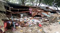 Puing-puing terlihat dari rumah yang rusak setelah tsunami menerjang Pantai Carita, di perairan Banten, Minggu (23/12). Tsunami menerjang beberapa daerah di sekitar Selat Sunda pada Sabtu 22 Desember 2018 malam. (SEMI / AFP)