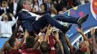 Para pemain Portugal mengangkat pelatih Fernando Santos setelah memastikan menjadi juara Piala Eropa 2016. (AFP/Valery Hache)