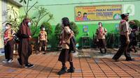 Sejumlah siswa saat uji coba kegiatan belajar tatap muka di SDN Kenari 07/08 Pagi, Jakarta, Rabu (9/6/2021). SDN Kenari 07/08 Pagi telah menjalani evaluasi (assesment) dan dinilai telah memenuhi persyaratan untuk pembelajaran tatap muka sesuai protokol kesehatan. (Liputan6.com/Herman Zakharia)
