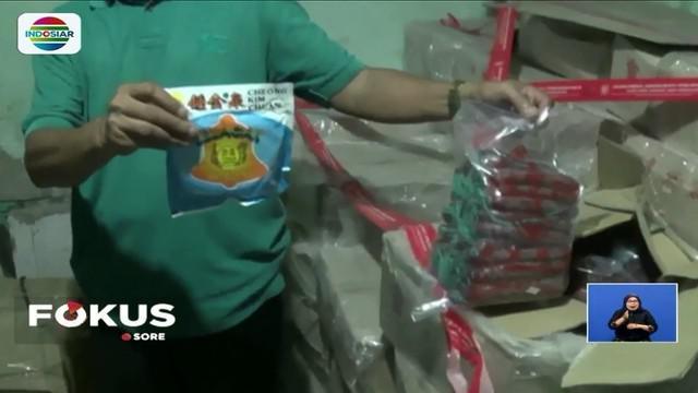 Balai Besar Pengawasan Obat dan Makanan (BBPOM) DKI Jakarta menggerebek dua gudang penyimpanan boraks yang digunakan untuk bahan pengawet makanan di kawasan Teluk Gong, Jakarta Utara.