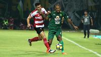 David da Silva saat laga Persebaya Surabaya melawan Madura United, Sabtu (26/5/2018) di Stadion Gelora Ratu Pamelingan, Pamekasan. (Bola.com/Aditya Wany)