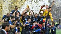 Striker timnas Prancis, Olivier Giroud mengangkat trofi Piala Dunia 2018 saat merayakan gelar juara setelah mengalahkan Kroasia pada  laga final di Luzhniki Stadium, Minggu (15/7). Prancis membekuk Kroasia dengan skor akhir 4-2. (AP Photo/Martin Meissner)